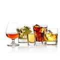 Fünf verschiedene Alkoholika in verschiedenen Gläsern