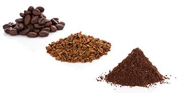 Drei kleine Haufen mit ganzen, zerhackten und fein gemahlenen Kaffeebohnen auf weißem Hintergrund