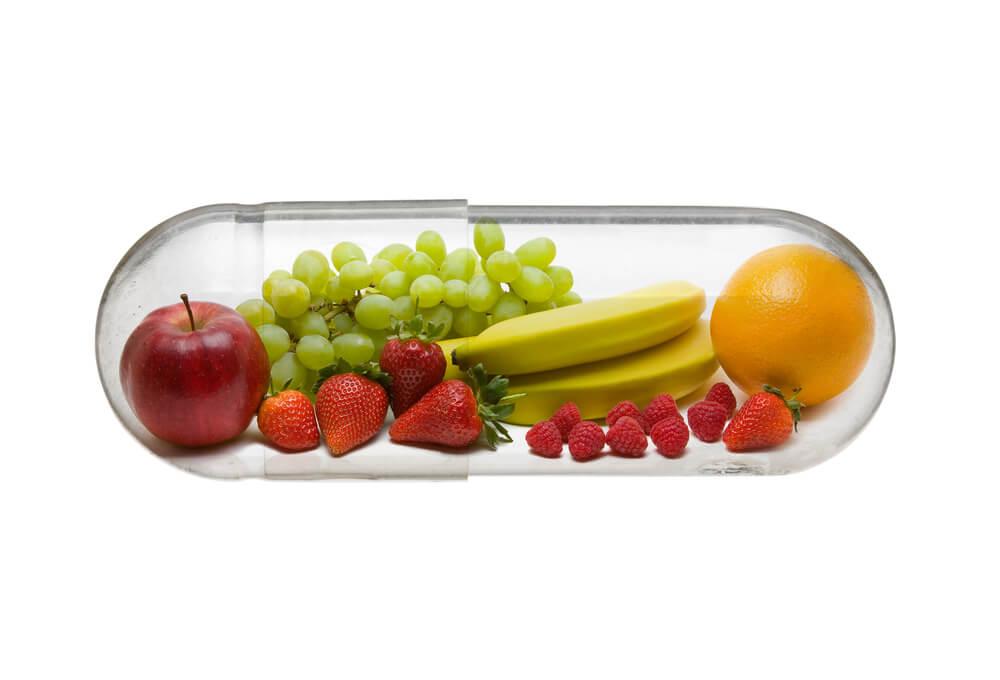 Eine durchsichtige Kapsel gefüllt mit verschiedenem Obst