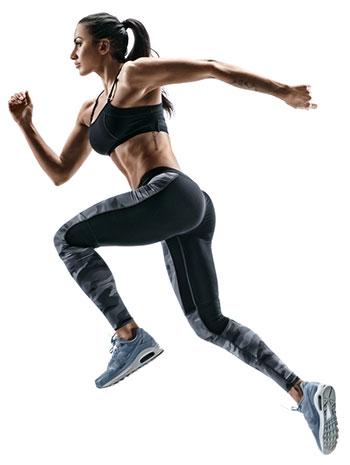 Frau in Sportkleidung in einer Laufbewegung vor weißem Hintergrund