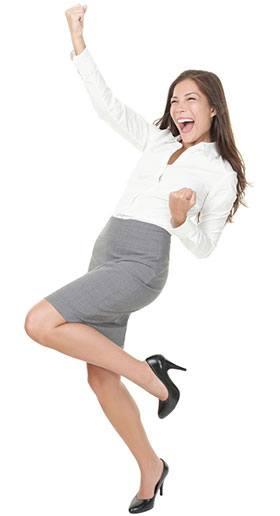 Frau in Bluse und Rock steht auf einem Bein recht eine Faust in die Luft und jubelt