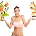 Frau in BH zeigt mit beiden Handflächen zu den Seiten, darauf ist links Salat und rechts Getreideprodukte