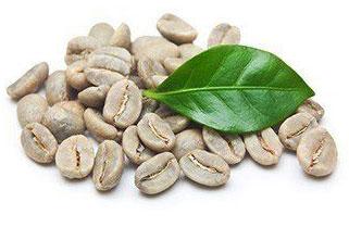 Grüne Kaffeebohnen mit einem Blatt auf weißem Hintergrund