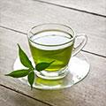 Grüner Tee in Tasse mit Blätter
