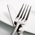 Messer und Gabel auf Teller
