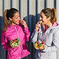 zwei Frauen essen