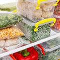 Ausschnitt eines Kühlschranks mit Lebensmittel und Dosen