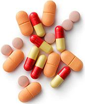 Verschiedene Kapseln und Tabletten auf weißem Hintergrund