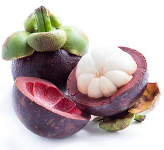 Eine ganze Mangostan Frucht und zwei Hälften auf weißem Hintergrund