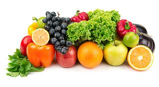 Verschiedenes Obst und Gemüse auf weißem Hintergrund