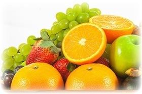 Orangen, Äpfel, Trauben und Erdbeeren auf weißem Hintergrund