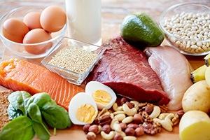 Fisch, Eier, Fleisch und Milch auf hölzernem Untergrund