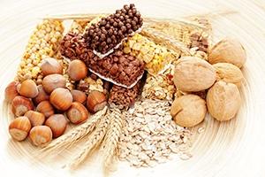 Samen, Nüsse, Getreide und Brot auf weißem Hintergrund