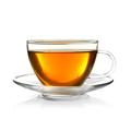 Goldfarbener Tee in einer gläsernen Tasse mit Untertasse