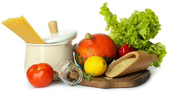 Brett mit Gemüse und einem weißen Topf mit Nudeln daneben auf weißem Hintergrund