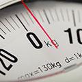 Nahaufnahme einer Waagenanzeige mit dem Zeiger auf ungefähr zwei Kilogramm
