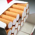 Offene Zigarettenpackung mit Zigaretten und eine etwas herausgezogen